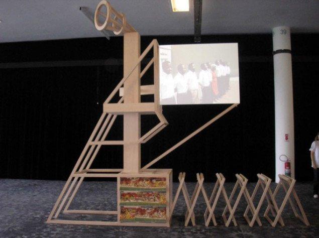Ângela Ferreira: For Mozanbique (Model #3 for Propaganda Stand, Screen and loudspeaker Platform Celebrating a Post-Independence Utopia), 2008. Gulvmønster af Dora Longo Bahia: Escalpo 5063 [Scalp 5063], 2008. Foto: Per Brunskog