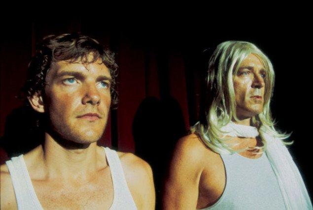 Jesper Justs video viser storladne følelsesudladninger, men de store følelser drukner på en lille skærm. Jesper Just Bliss and Heaven, 2004. Filmstill: Jesper Just.