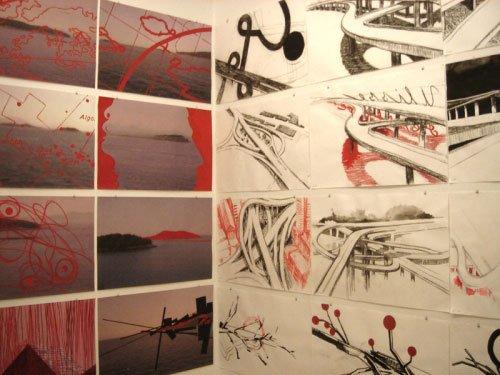 Tegningerne hænger tæt i det inderste rum. Foto: Katrine Dybdal