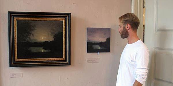 Ulrik Møller foran sin parafrase over et P.C. Skovgaard billede, Skovgaard Museet 2006. Foto: Anne-Mette Villumsen