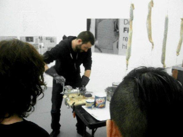 Fra performancen Processing News i Emergency Room på MoMA, New York. Foto:Bragt med tilladelse af Søren Dahlgaard