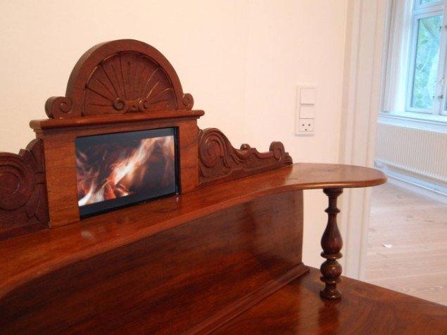 Chartol med indbygget skærm, hvor en brevafbrænding afspilles. Mange af Anna Klindts breve blev nemlig brændt efter hendes død. Foto: Bonnie Bay Andersen