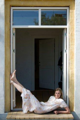 Birgitte Kristensen i døren til Anna Klindts hjem. Foto: Birgitte Kristensen.