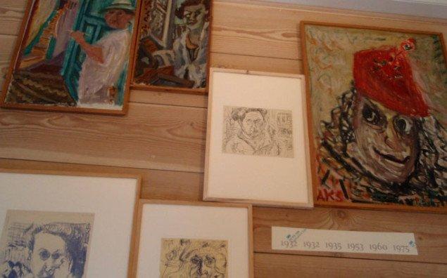 Installationen rummer mange af Annas selvportrætter i forskellige aldre arrangeret efter samme stil, som hun brugte i sit hjem. Foto: Bonnie Bay Andersen