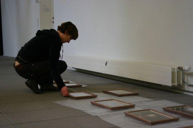 """Gitte Villesen forbereder ophængningen af fotoserien """"Script for a Silent Movie"""