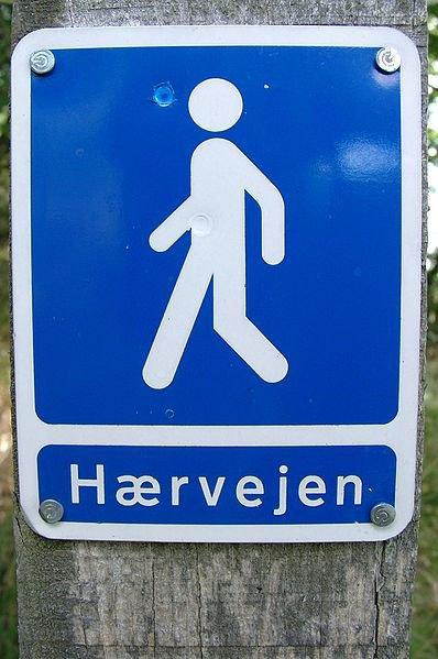 Et vandretursskilt på Hærvejen. Foto: Jørgen Rasmussen, Wikimedia Commons
