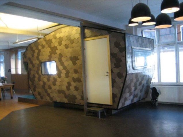 Kenneth A. Balfelt er en af de kunstnere i det udvidede kunstfelt, som udvalget har støttet. Her ser man den campingvogn, der er en del af kunstnerens redekorering af Mændnenes Hjem på Vesterbro. Foto: Kenneth A. Balfelt