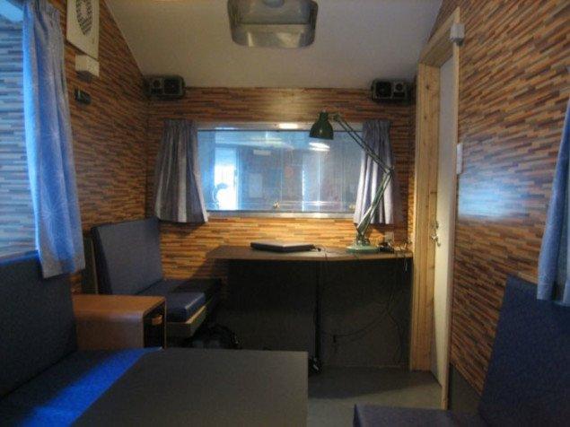 Campingvognen bruges som mødelokale, når der skal snakkes mere privat. Foto: Kenneth A. Balfelt