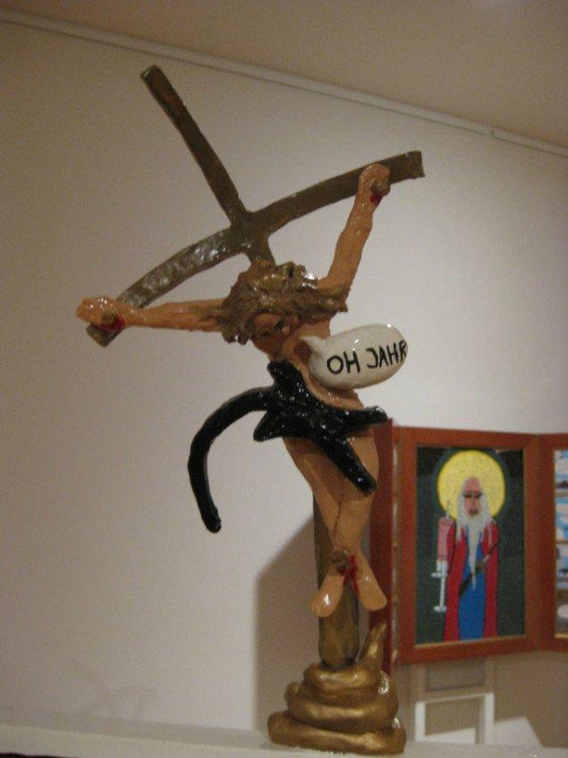 På toppen af hundelorten siger Jesus OH JAHR. Andreas Schulenburg, Skabs Alter (udsnit), 2008. Foto: Kasper Lie.