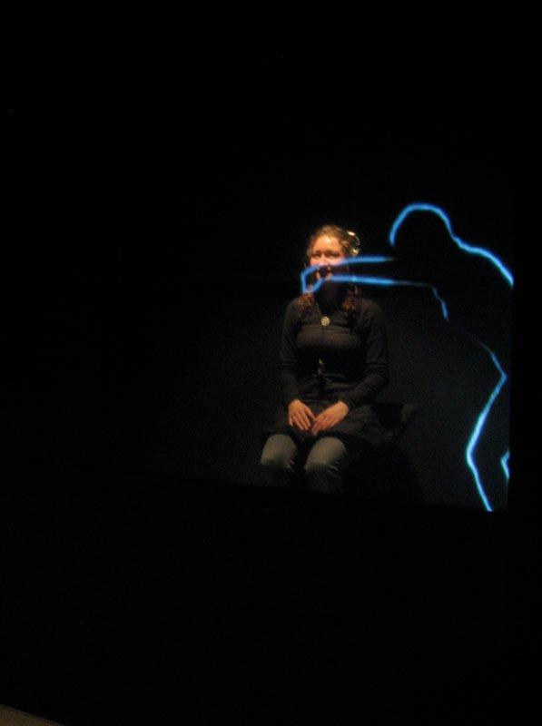 Chika Mukais videoværk. En person ad gangen får lov til at træde ind i det kælende videoværk. Foto: Lise Bøgh Sørensen