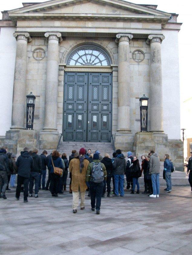Med arkitekt Merete Ahnfeldt-Mollerup foran det nyklassicistiske Christiansborg. Foto: Line Møller Lauritsen