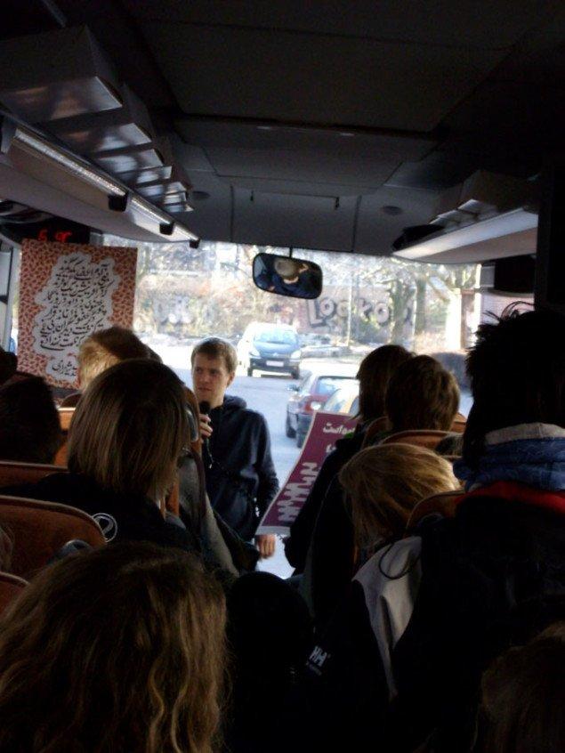 Emil Madsen Brandt præsenterer sine plakater i bussen. Foto: Line Møller Lauritsen