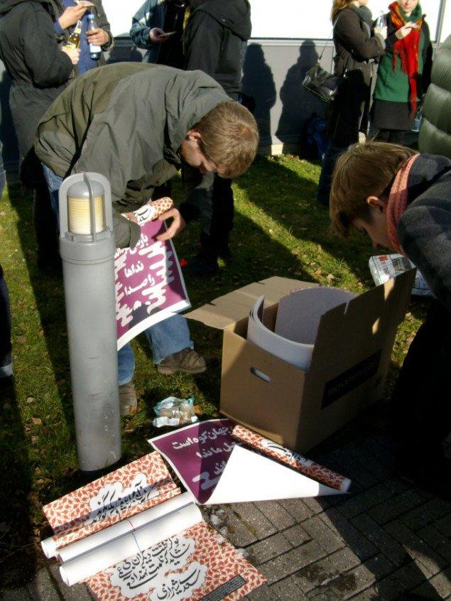 Emil Madsen Brandt deler ud af sine plakater med persisk poesi. Foto: Line Møller Lauritsen