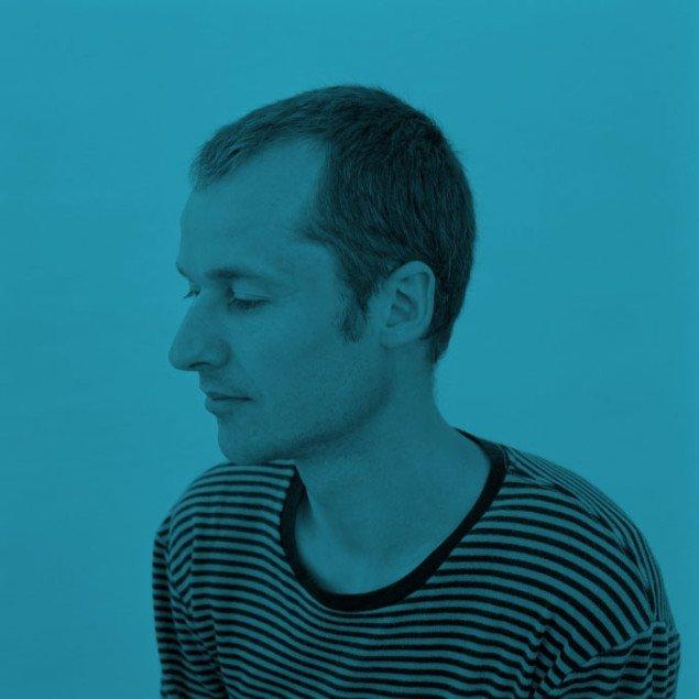 Kunstnerne kigger ned i en dobbelttydig gestus til mæcenen. Trine Søndergaard, Portrætfrise (Joakim Eskildsen), 2008.