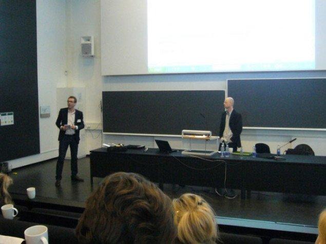 Mikkel Bogh, rektor ved Det Kongelige Kunstakademi forsøger at få sat gang i debatten sammen med Lars Bang Larsen. Foto: Matthias Hvass Borello