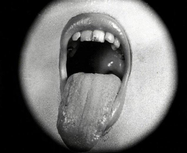 Mund eller vagina? I hvert fald en provokation til borgerskabet! Still fra Det definitive afslag på anmodningen om et kys, 1949, s/h film, Wilhelm Freddie og Jørgen Roos, Foto: SMK Foto