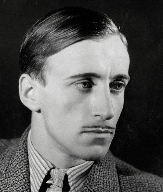 Helt ned i den personlige styling hentede den selvbevidste kunstner inspiration fra de internationale surrealister og Salvador Dalí. Wilhelm Freddie, 1935, Foto: Vagn Guldbrandsen