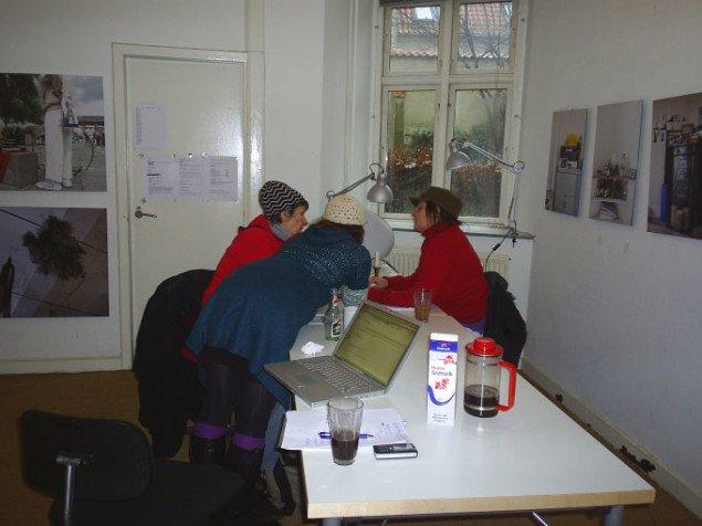 Udstillingsvue med to af rum46s medlemmer i forgrunden. Foto: Julie Lykke Jensen