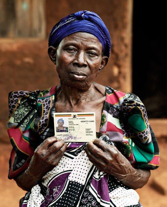 'Janet Namono Hornsleth', der her fremviser sit officielle id-kort med det nye dansk-ugandiske navn. Kristian von Hornsleth: The Village Project, Uganda, 2006, 120 x 100 cm. (foto: Kristian von Hornsleth)