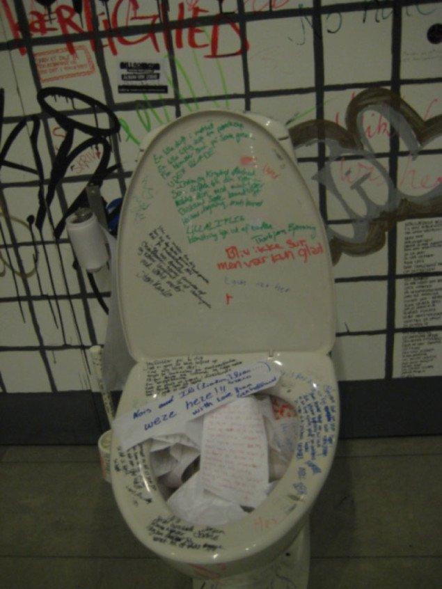 Skriv dit digt på toiletpapir og arkiver det i kummen. Foto: Pernille Rom Bruun