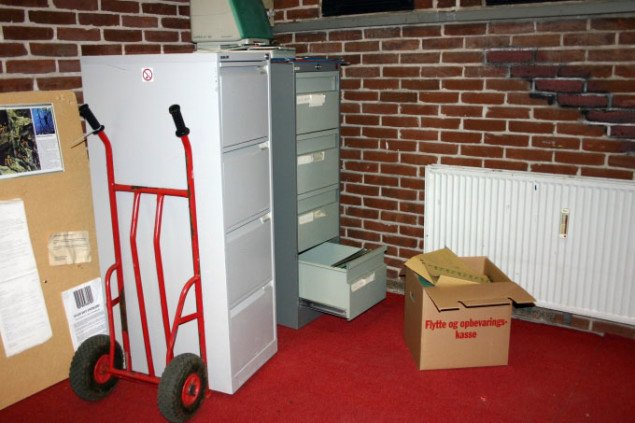 Tomt arkivskab står klar på sækkevognen. Foto: Maja Egelund