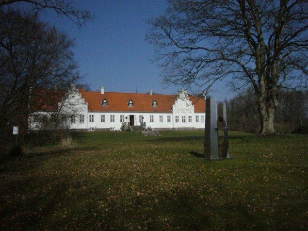 Rønnebæksholm Kunst- og Kulturcenter fra parken. Foto: Matthias Hvass Borello