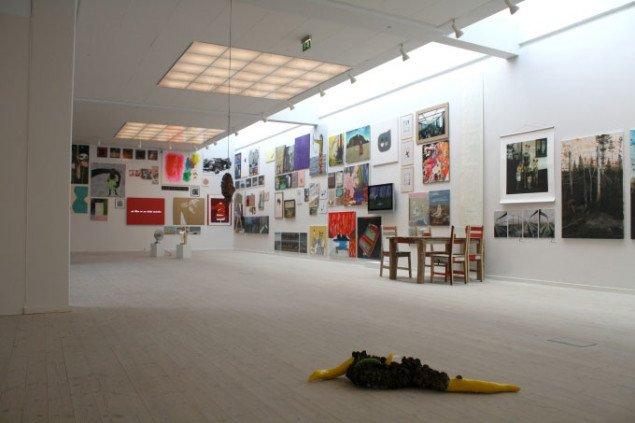 På KP 09 er salonophængningen i blandede medier fra maleri, collage, foto og over i video et farvestærkt centrum. Forrest i billedet ligger Malene Lynggaards skulptur Cellen. Foto: Pernille Bøttcher.
