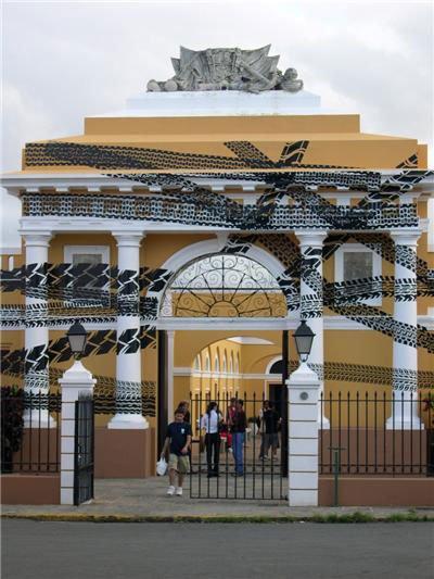 Regina Silveira: Frenazos, 2004, Trienal Poligráfica, San Juan, Puerto Rico. Pressefoto Kunstmuseet Køge Skitsesamling