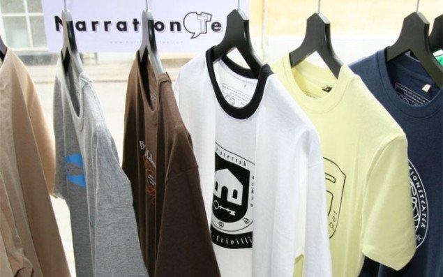 Et udvalg af Narration-tees, som kan købes på webshopen, som blev åbnet i forbindelse med udstillingen. Pressefoto