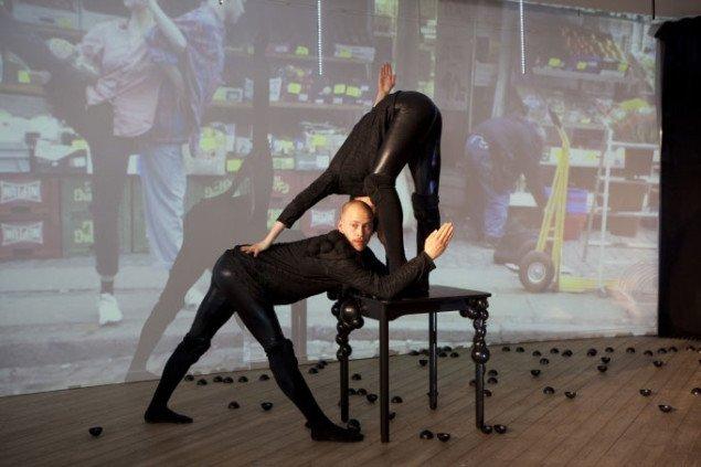 Danserne Carolina Bäckman og Pontus Petterson i gang med at bygge luftkasteller i building aircastles. Århus Kunstbygning, Esther is crawling. Foto: Henrik Nielsen