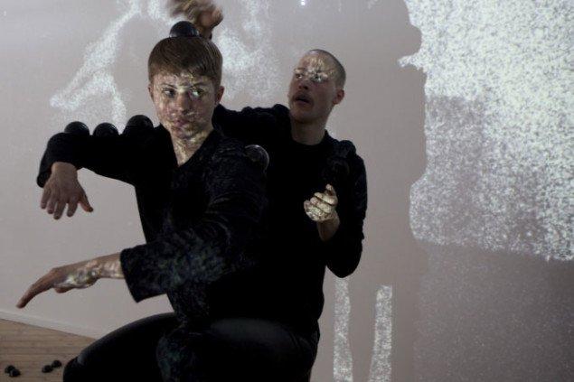 Den indledende scene acclimation. Århus Kunstbygning, Esther is crawling. Foto: Henrik Nielsen