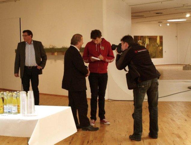 Bjørn Nørgaard taler med pressen. Mogens Jensen til venstre. Foto: Bente Jensen