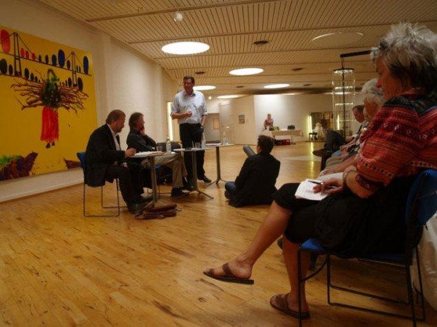 Debattører: Bjørn Nørgaard (tv) og Mogens Jensen (th). I midten: debattens ordstyrer Mikael Helmuth, kunstnerisk leder af Team Teatret, Herning. Foto: Bente Jensen