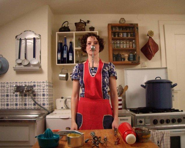 Selene States: User Guide to the Semiotics of the Kitchen (spooning) på Co-Lab. Still fra værket.