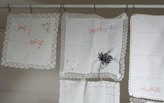 Eksempler på publikums broderede damelommetørklæder. Disse blev løbende installeret.  noter til ensomhed Kvindemuseet, 2008. Foto: Gert Skærlund Andersen