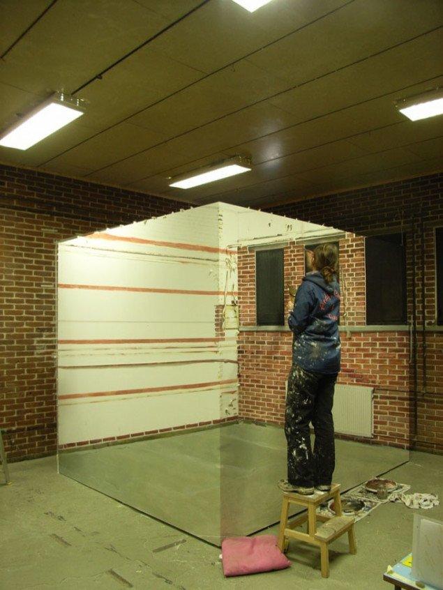 Marina Schulze synes helt at forsvinde ind i værket under arbejdet med Painted Room på udstillingsstedet Spanien 19c. Foto: Spanien 19c