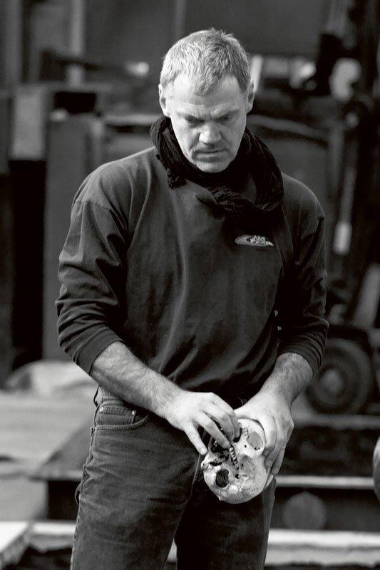 Lemmerz med et af de vigtigste værktøjer i hånden under udarbejdelsen af de syv relieffer Grab (Grav) I-VII. Foto: Linn Sandholm