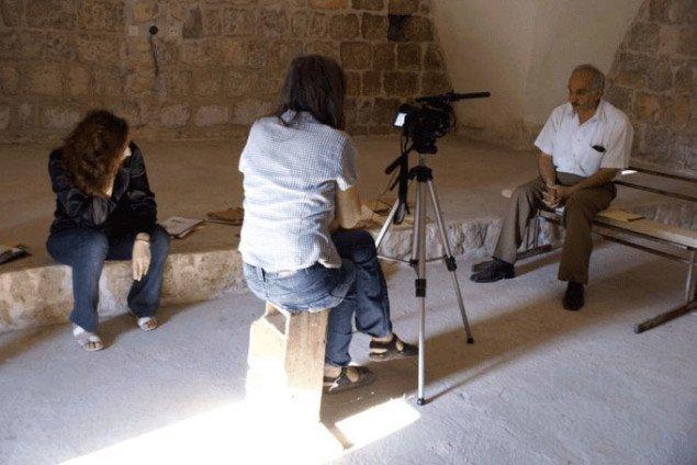 Kirsten fra YNKB interviewer Moussa Alloush som er lokalhistoriker og farmaceut. Foto: YNKB