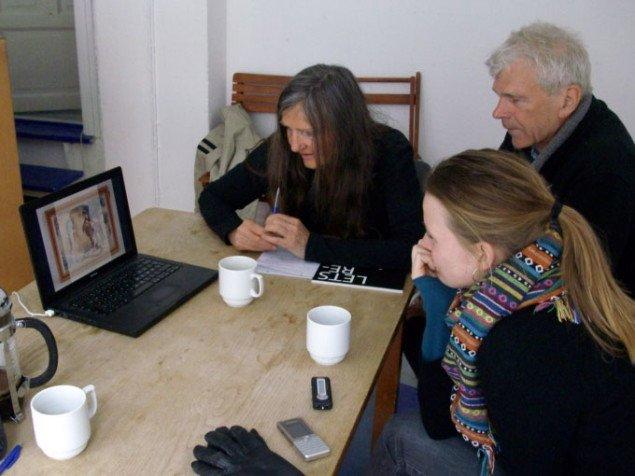 Hjemme på Nørrebro viser Finn og Kirsten fra YNKB billeder af nogle af de mange genstande de har fået indleveret til Peoples Museum i Birzeit. Foto: Line Møller Lauritsen