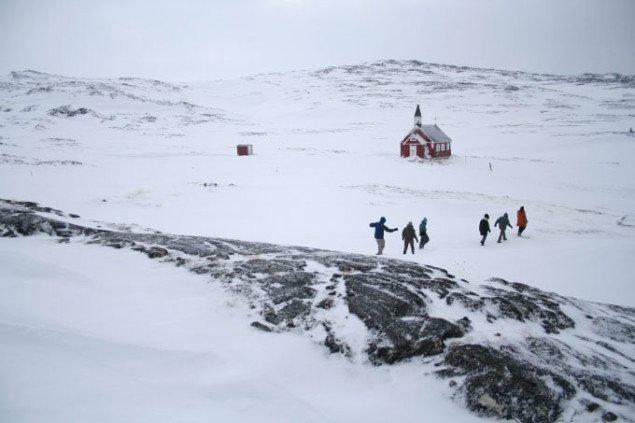 Billede fra en af de mange ekskursioner under Rethinking Nordic Colonialism, der afholdte seminarer og udstillinger i alle de nordiske kolonier. (foto: Kuratorisk Aktion)