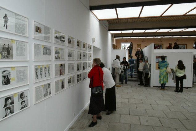 Udstillingsview fra Pia Arkes udstilling Dummy under Rethinking Nordic Colonialism i 2006, der inkluderede udstillinger og seminarer i Grønland, Færøerne, Island og Finsk Sápmi. (foto: Kuratorisk Aktion)