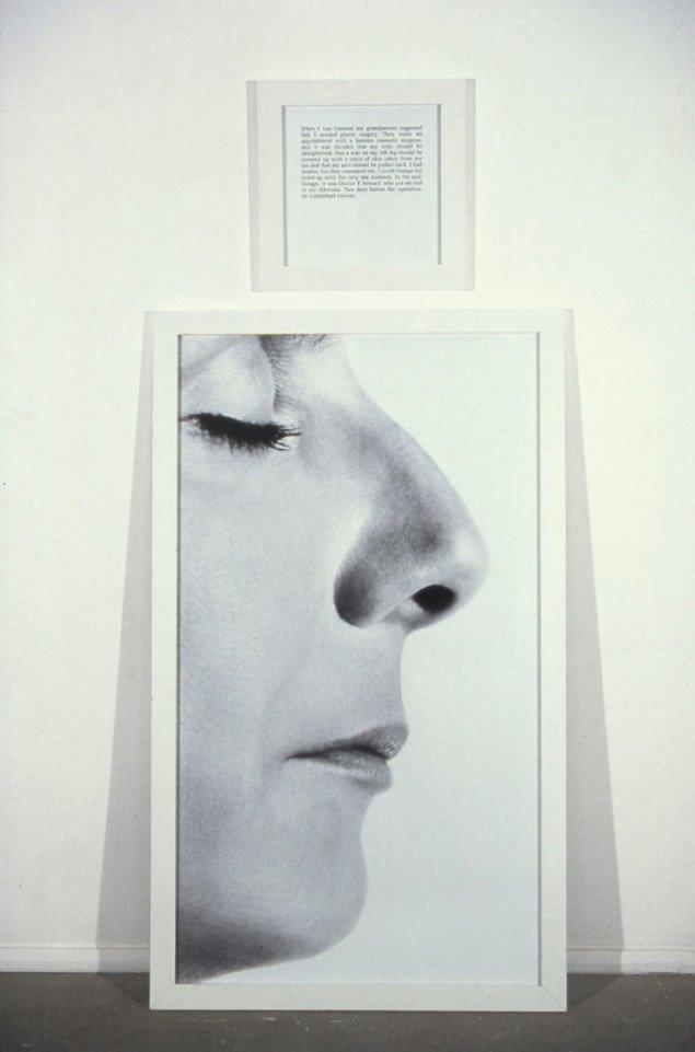 Sophie Calle: The Nose. Teksten fortæller at hendes bedsteforældre foreslog en plastisk næseoperation da hun var 14. Dagen før operationen begik lægen dog selvmord. Foto: Jean-Baptiste Mondino © SABAM.