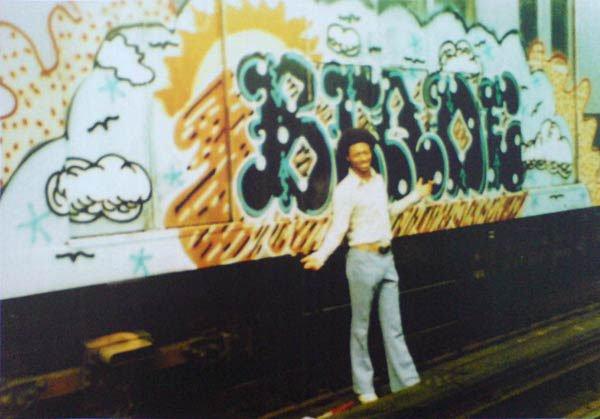 En ung Blade anno 1976 foran endnu en togvogn