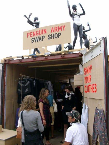 Trængsel i Penguin Armys container, der er fyldt med tøj man kan bytte sig til. Foto: Lise Bøgh Sørensen