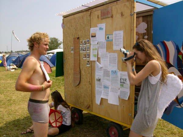 En deltager bliver fotograferet med et statement foran sig. Foto: Lise Bøgh Sørensen