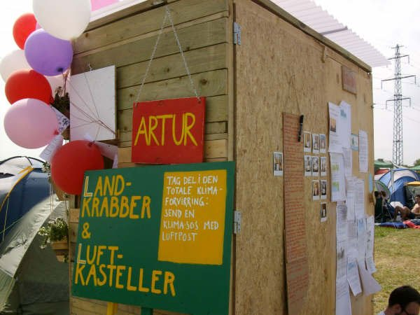 Artur – Det rullende galleri på tur blandt teltene. Foto: Lise Bøgh Sørensen