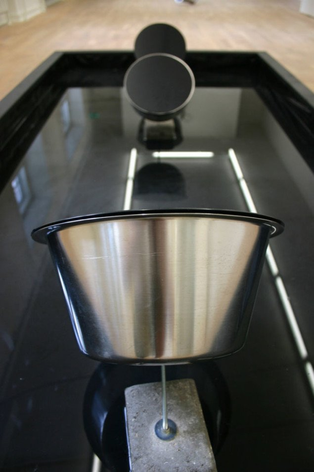 Frode Gundorf Nielsen: Rumklang. Vanddråber rammer trommeskindet og glider ned i bassinet. Foto: William de Feuth Michaelsen