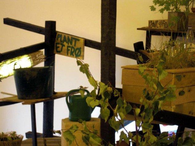 Büro Detours' indendørs urtehave. Her er det kun planterne, der giver liv til kunsten. (Foto: Søren Martinsen)
