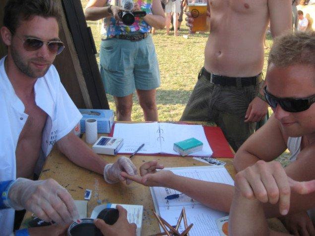 Her giver festivalfolket afkald på deres DNA for hvis skyld? (Foto: Pernille Rom Bruun)