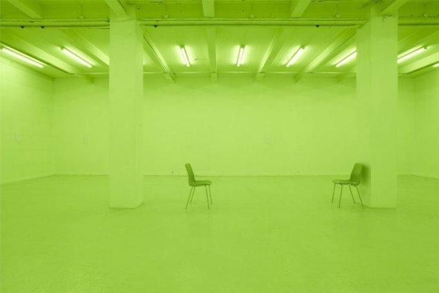 Det bagerste grønne udstillingsrum, hvor alt flyder sammen og intet er neutralt. Foto: Anders Sune Berg.